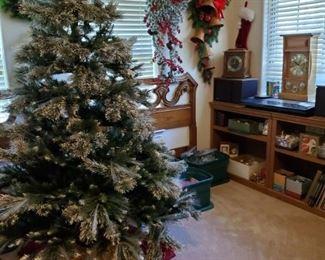 LIGHTED FIBER OPTIC CHRISTMAS TREE, WREATHS, GARLAND, LIGHTS, ORNAMENTS & MORE