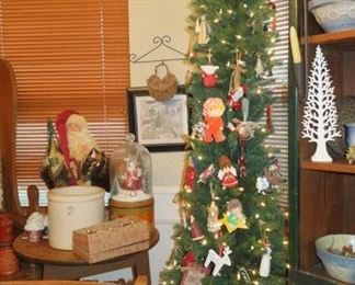 CHRISTMAS TREE WITH VINTAGE ORNAMENTS