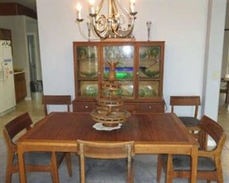 Distinctive Furniture by Stanley matching Dining Room Table 6/Chairs, China Hutch, Sideboard & Cart