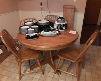 Oak dining table with 4 chairs and 3 leaves $150