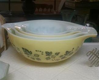 Pyrex bowl set