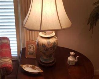 0121 Main Building Living Room Ginger Jar Lamp profile