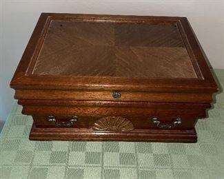 VINTAGE JEWLERY BOX