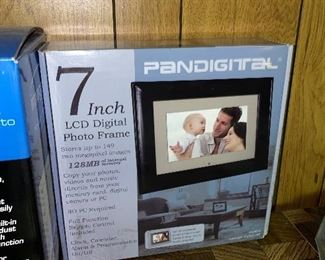 "PANDIGITAL 7"" LCD DIGITAL PHOTO FRAME"
