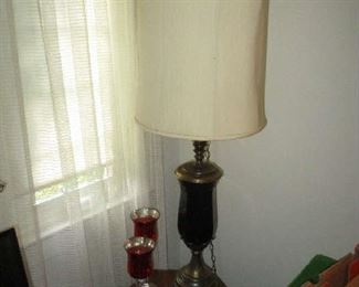 End table, table lamp and glassware