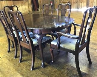 Very pretty oblong dining table w/six chairs