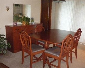 table with chairs / buffet