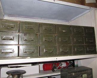 Vitnage metal drawers