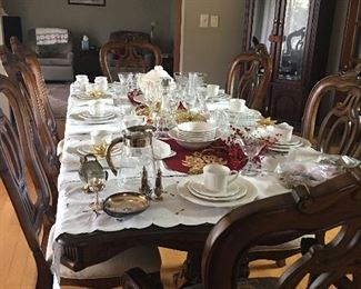 Beautiful Dining Room Table with (1) Leaf - Seats up to 8