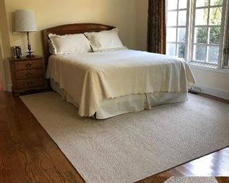 Great Queen bed and rug!