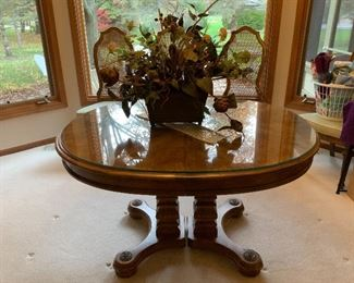 Beautiful dining room table with 6 Chairs & 2 leaves