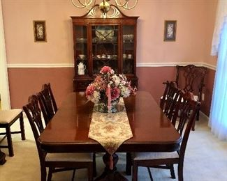 Beautiful Cherry dining room table with six chairs, three leaves and pads