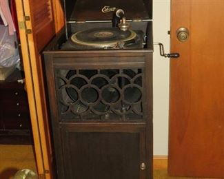 ANTIQUE PHONOGRAPH.   WORKS WELL.   VERY NICE CONDITION.