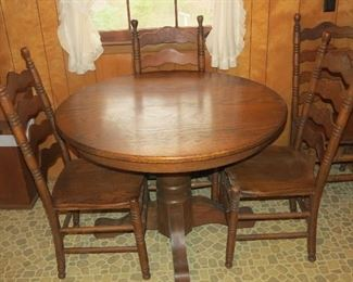 NICE OAK KITCHEN TABLE AND CHAIRS.