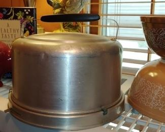 Love this mid century modern cake carrier with lock
