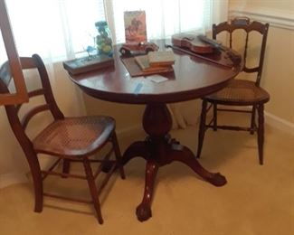 A mahogany pedestal table with ball and claw feet, Chippendale style