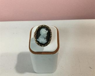 Yellow gold cameo ring