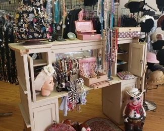 Vintage Jewelry, Displays, Tchotchkes, Hat Boxes & Collectibles 75% off