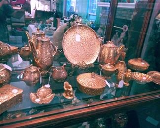 ASSORTED VINTAGE GOLD TONE COLLECTOR GLASS