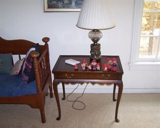 MAHOGNAY QUEEN-ANNE STYLE TABLE, ONE OF A PAIR OF LAMPS & SMALLS