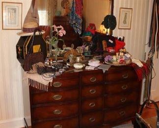 Vintage Hendredon mahogany dresser w/ mirror