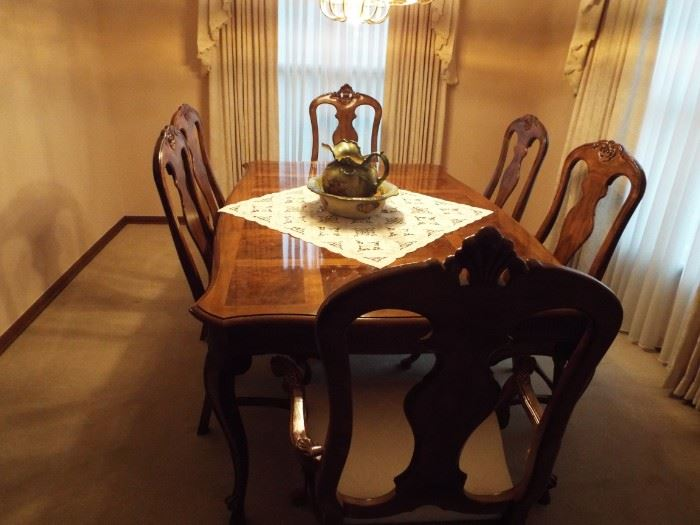 Beautiful Drexel Heritage Dining Table With 6 Chairs, 2 more leaves & Pads!! Excellent Condition!!