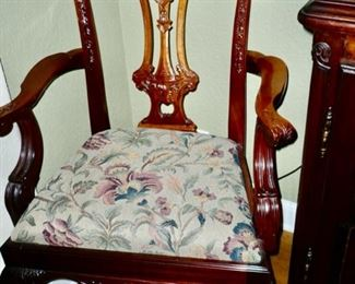 One of the Chairs to the Dining Set.  All are in excellent condition.