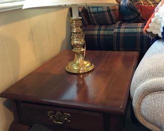 End table w/ mahogany finish & 2-light brass lamp