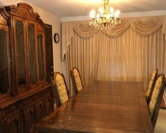 Thomasville 2 leaves, hutch, china cabinet and 4 chairs