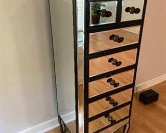 Lingerie cabinet mirrored
