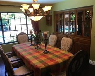 Beautiful dining room set, six armchairs plus hutch.