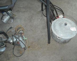 Large cast aluminum lidded pot with bail