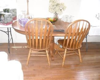 Very nice table with 2 leaves and 6 chairs