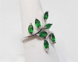 151: 10k Seven Green Semi Precious Stones, 2.6g This Beautiful 10k ring is approximately a Size 9 and weighs approximately 2.6g Metal Type: Yellow Gold Ring Size: 9