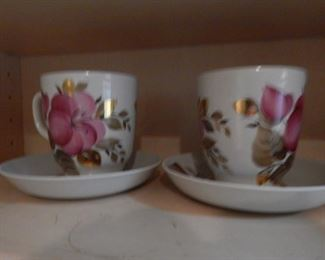 Pretty matching cup/saucers