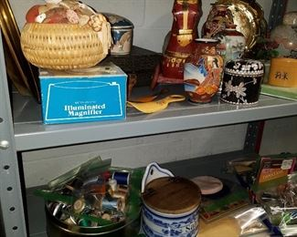 """Decorative items, Sewing notions, Great """"SALT"""" box in blue onion with original wooded top"""