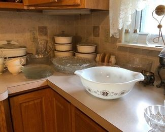 PYREX AND OTHER KITCHEN ITEMS
