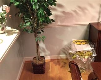 Nice fake tree, linens for the table