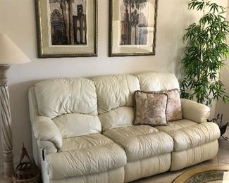 Has 2 recliners