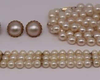JEWELRY Assorted Grouping of Pearl Jewelry