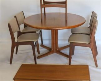 MIDCENTURY Drylund Dining Table And Chairs