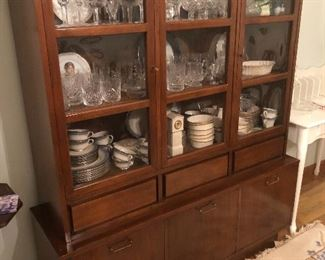 Sweet Mid century hutch in fantastic shape.  You could really make it pop with some vintage Pyrex or Fiestaware😊