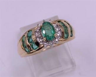 Beautiful gold, emerald and diamond ring