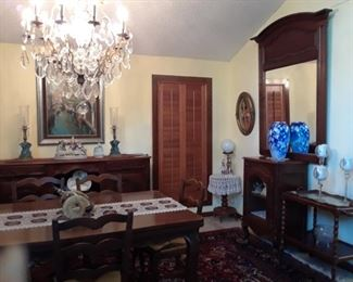 Large mirror coordinates with the dining room furniture