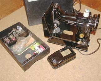 Singer Featherweight with case and tray