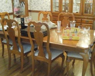 Oak dining table, one leaf and six chairs.