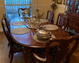 READY FOR THANKSGIVING.      Dining Room Table and 6 Chairs.  Timeless Design !!!