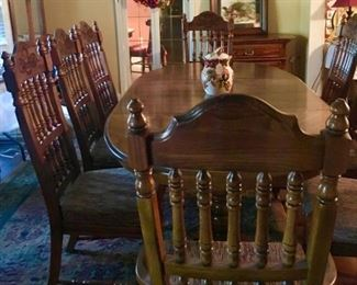 American Drew Dining Table with 2 leaves and 8 chairs