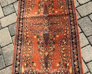 "Small area rug : 4'7"" x 29"""
