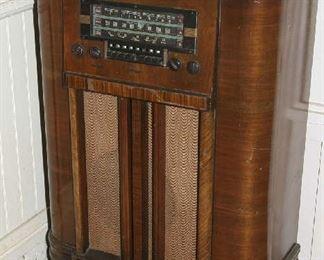"NICE OLD RADIO ""POWERS UP"""
